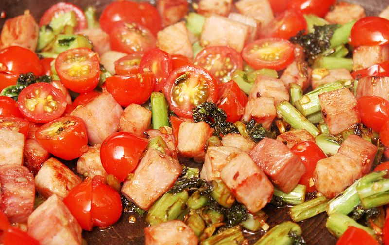 Tomato ham kale